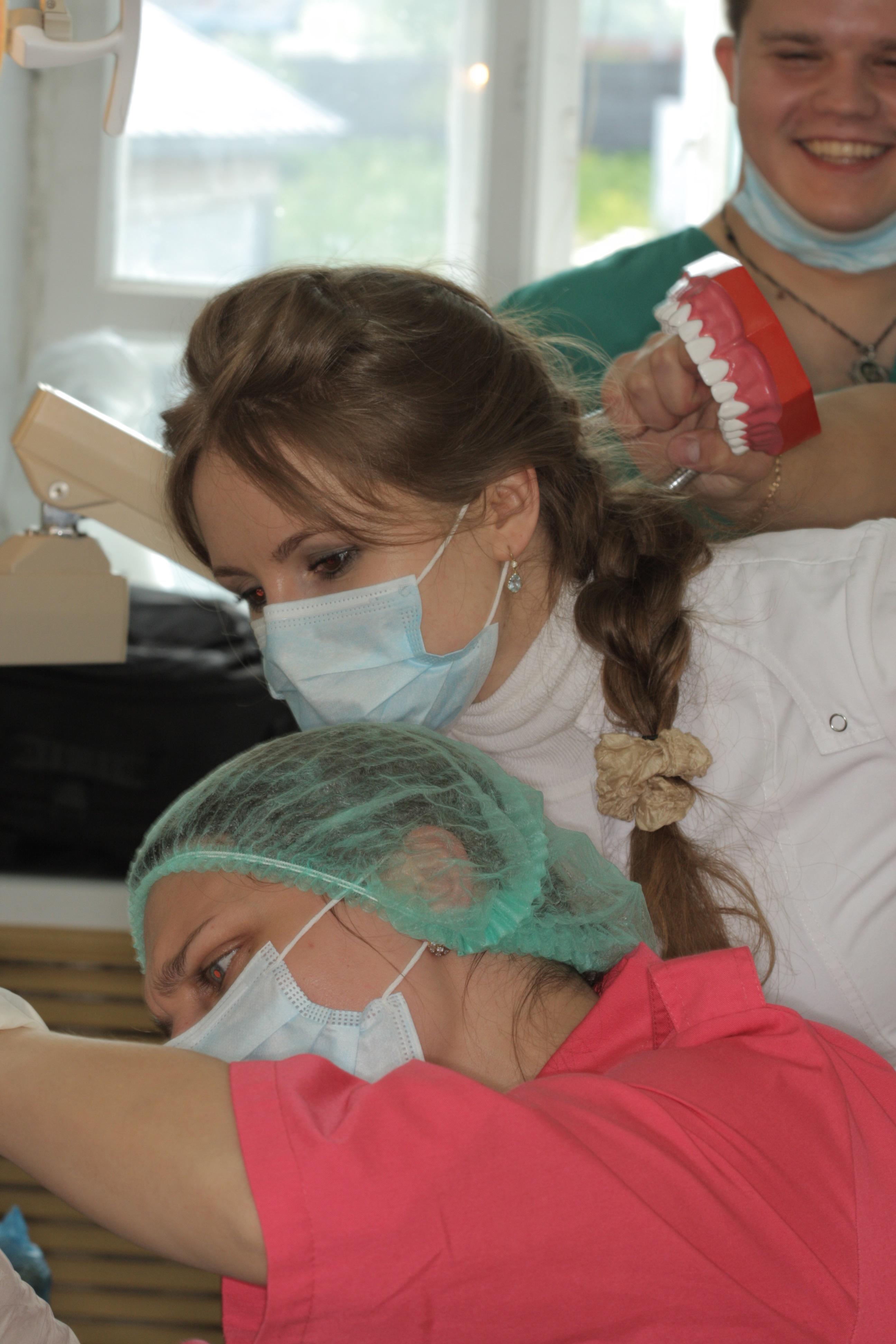 Студент Андрей Куртышов почти укусил меня моделью зубов))